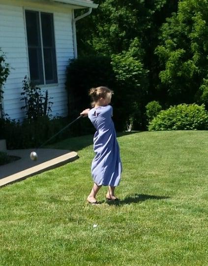 amish-girl-golfing