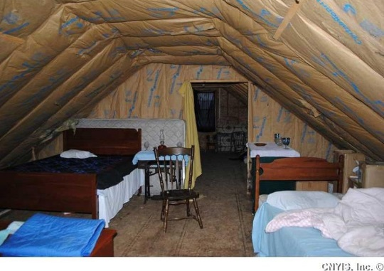 attic-bedroom-amish-house