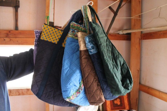 hand-bags-amish-auction