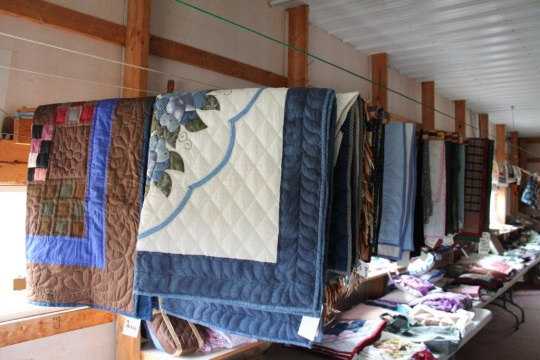 indiana-amish-quilt-sale-display