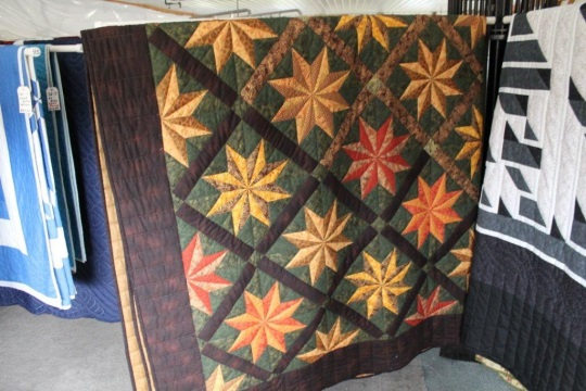 quilt-auction-display-indiana-amish