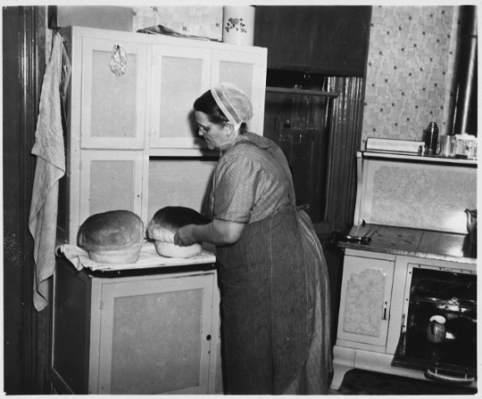 rusinow-woman-baking-bread-lancaster-1941